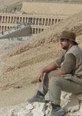 Nuestro colaborador frente al Templo de Hatshepsut